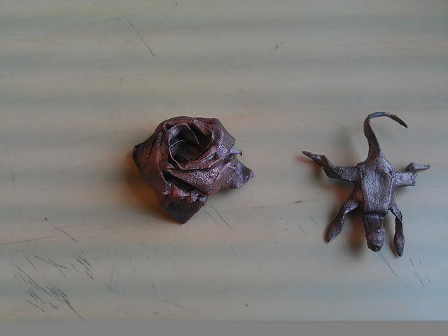 Eine Kawasaki Rose und eine Echse